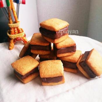 生チョコを挟んだ贅沢なサンドクッキー。生チョコが甘いので、クッキー生地は甘さ控えめです。サクッホロッとほどけるクッキーと、とろりとした生チョコが絶妙なバランス。