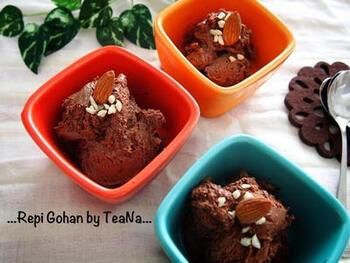 チョコレートを溶かした中に、生クリームを硬めに泡立てたものを加えて冷凍庫で冷やします。ねっとりと濃厚で、お口でとろける贅沢な甘さ。おもてなしスイーツとしてもいいですね。