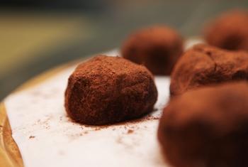 ガナッシュは、溶かしたチョコレートとたっぷりの生クリームを合わせた、口溶けのいいチョコレート。生チョコは、ガナッシュを改良した日本独自のチョコレートで、生クリームのほか洋酒などを練り込むことも。  また、トリュフはその名の通り、高級きのこのトリュフを模した形が特徴的。外は硬めのチョコで、中には柔らかなガナッシュが入っていることが多いです。