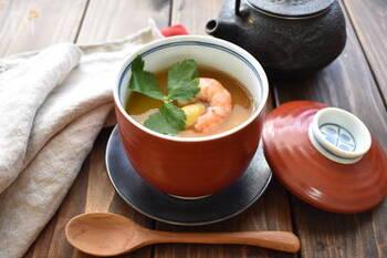 すりおろした長芋を使った茶碗蒸しは、寒い冬にぴったりのメニュー。卵を使った茶碗蒸しとは一味違って、とろりとした食感が味わえます。