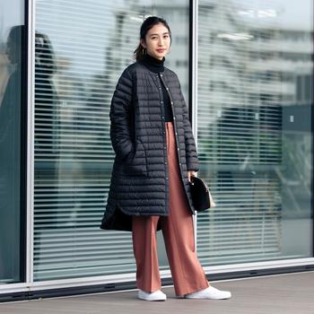 シルエットが綺麗な《ARKLEY DOWN PACKABLE》なら、通勤スタイルにも活躍間違いなし。 コーディネートを選ばないブラックは、ボトムスに差し色を持ってきたプレイフルな着こなしも上品に仕上がります。