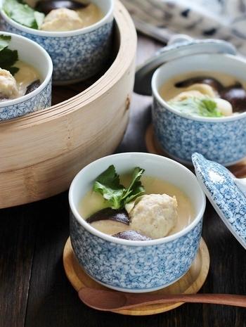 肉団子がごろっと入った茶碗蒸し。食べ応えがあるので、お子さんや男性にも喜ばれる一品です。