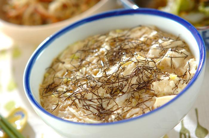 すりおろした長芋を入れた卵液と崩した豆腐をご飯にのせて蒸した、優しい味の蒸しご飯。食欲がないときにも食べやすいですよ。