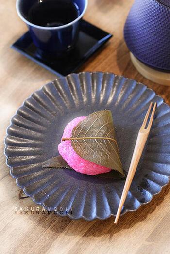 食紅で色づけした道明寺粉を蒸籠で蒸して、あんこを包んで桜の葉を巻けば、桜餅の完成です。西日本の桜餅は、この道明寺粉を使ったものが一般的です。