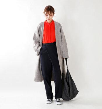 赤のカラーシャツを、ネイビーのパンツに合わせたコーディネートです。グレーのロング丈アウターを羽織って、ちょっぴりハンサムな着こなしに。足元のスニーカーと黒のトートバッグでカジュアルダウンしているのがポイントです。