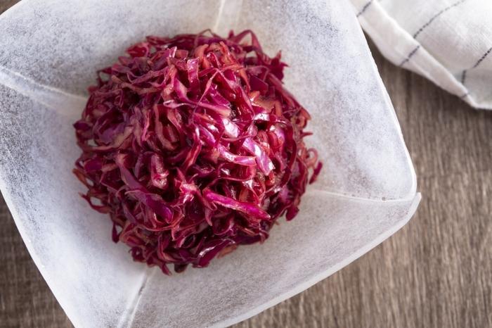 美しい紫が印象的な「紫キャベツのソースマリネ」。ウスターソースの酸味とバルサミコの優しい甘みが後を引く美味しさ。お弁当にもオススメです。