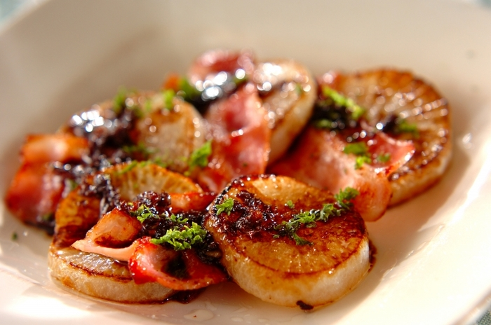 ダイエット中の方にオススメの低糖質レシピ。しっかり焼いた大根に、煮詰めて濃厚なバルサミコソースをかけていただきます。さっぱり大根と濃厚ソースが美味しい一皿です。