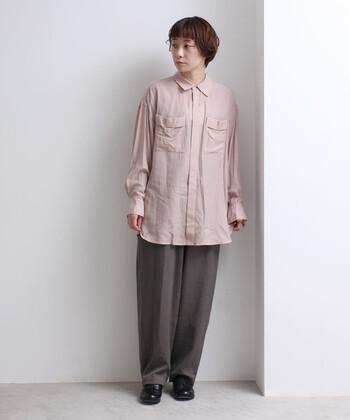 ピンクのロング丈シャツに、グレーのワイドパンツを合わせたコーディネート。ロング丈アイテムをあえてタックインせず、ナチュラルに着こなしています。上からニットなどをプラスして、シャツの裾をポイントにする着こなしもおすすめ。
