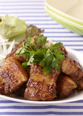 みりんやバルサミコで漬け込んだ豚肉を、グリルするだけの簡単レシピ。バルサミコで漬け込むことでお肉も柔らかくなり、脂身もさっぱりといただくことができます。
