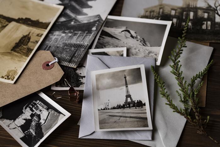 旅行から帰ってきたら、たくさんの写真を使って思い出帳をつくってみましょう。子どもの撮った写真と、親の撮った写真の両方を並べて、見比べてみるのも面白いですね。着眼点の違いにあらためて気づかされます。  時系列に写真を並べて、旅程をたどりなおすと、思い出が蘇ってきます。写真にひと言、子どもの感想を添えてみると、大人にとってもいい思い出ができそうです。