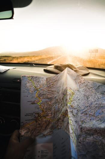 思い出をまとめるときは、旅先で使った地図や観光地でもらったスタンプ、パンフレットなども一緒にまとめておきましょう。  どのようなスタイルでまとめるか、子どもと一緒に相談し、きちんと振り返れるようにしておきましょう。書類整理の仕方の学習の第一歩になりますね。