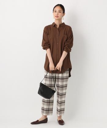 ゆったりシルエットのブラウンシャツに、チェック柄のワイドパンツを合わせた着こなし。チェック柄の中にブラウンカラーが入っているので、全体的に統一感のあるスタイリングに仕上がっています。足元はローファーシューズでマニッシュな雰囲気に。真冬には、ざっくりニットのカーディガンなどを合わせてもおしゃれです。