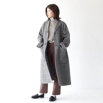 テントラインのフォルムに仕上げたチェスターコートは、上品でクラシカルな印象を与える一枚。体をゆったりと包み込んでくれるので、厚手やボリューム感のあるニットに合わせても着ぶくれしないのが魅力です。