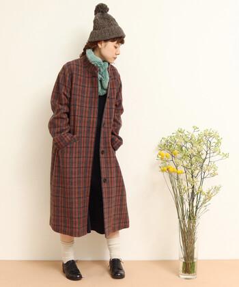 ヘリンボン生地のチェック柄コートは、冬らしさをしっかり演出できるアウターです。スタンドカラーで、チェック柄がカジュアルになり過ぎないようなデザインに。トレンド感たっぷりなブラウンカラーは、着るだけでおしゃれ見えが叶います。
