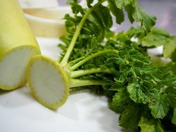葉つきの大根が手に入る機会があるなら、大根菜もぜひ活用しましょう。βカロテン、ビタミンC、ビタミンK、葉酸、カリウム、カルシウムなどの栄養がたっぷり!ほんのり苦味のある香りも料理のアクセントになります。 また、大根のビタミンCは皮の付近が一番多いと言われています。冬の健康維持のためにも、皮も無駄なくいただきたいですね。