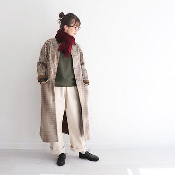 乗馬用コートとして作られたアイテムを、ディテールをそのままに着丈と身幅を調整して作られたアウター。スタイリッシュな雰囲気のコートは、ナチュラルにもカジュアルにも合わせやすいのが魅力です。襟元はコーデュロイ素材で、ワンポイントをプラスしています。