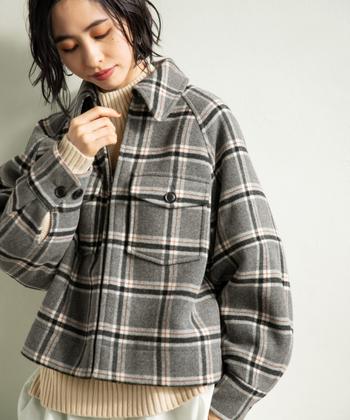 大きめのチェック柄が、カジュアルな印象を与えるショート丈のブルゾンです。グレーベースのモノトーンカラーで、どんな洋服にも合わせやすい一枚。軽さと暖かさを兼ね備えたアウターなので、デイリー使いにもぴったりです♪