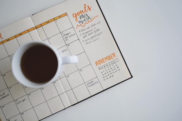 なんとなくあれをやろう、これをやろうと頭の中だけで考えていると何かと時間がかかってしまいますよね。やるべきことをカレンダーやスケジュール帳に書き込んで、予定を「見える化」しておくと、時間を有効に使う助けになります。その日すべきことのTo doリストを作るとなお良いでしょう。