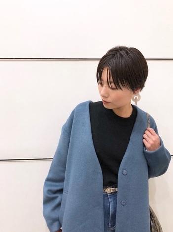 若い頃だったら着るのがなんだか気恥ずかしかった明るい色も、大人女性ならカッコよく着こなせます。ついついベーシックな色を選びがちなコートも、こんな明るいブルーを選ぶとグッと垢抜けます。