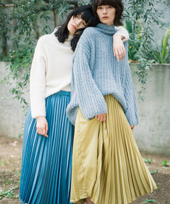 ボトムスなら明るい色も取り入れやすいですね。派手すぎないイエローのスカートならさまざまなアイテムとの相性も良く、コーデに活かしやすい。