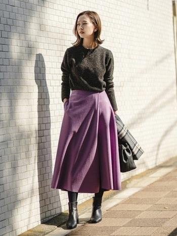 鮮やかなパープルのスカート。スカートを主役にしたいから、トップスはベーシックなものを選ぶのがポイント。