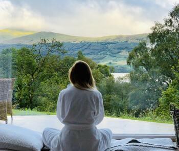 睡眠時間が短いと寿命が短くなる…と言われるほど、睡眠と健康には深い結びつきがあると考えられていますが、免疫力アップもその中のひとつです。 7時間程度の睡眠時間を確保するのが望ましいとされていますが「深い睡眠」いわゆる「睡眠の質」も大切になってきます。