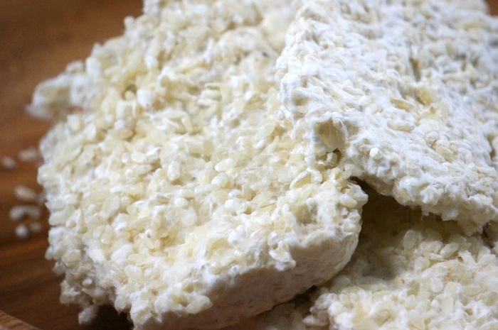 甘酒を作るのに必要なのは何と言っても麹!お米などにカビの一種の微生物を繁殖させた物で、健康食品として古くから味噌、しょうゆ、日本酒など多くの発酵食品に使われてきました。