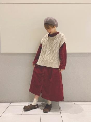 深みのある赤で派手すぎないシャツワンピース。ニットベストと合わせてほっこりと着こなして。