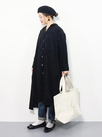 ゆったりサイズが今年っぽい黒のワンピース。ベレー帽&バレエシューズで、パリジェンヌみたいなフレンチコーデに。