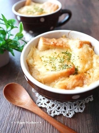 コンソメスープが染み込んだ「食パンのオニオングラタンスープ」。味付けをシンプルにすることで、玉ねぎの甘味をめいっぱい楽しむことができます。スープの染みたパンとの相性も抜群で、体温まる絶品レシピですよ。
