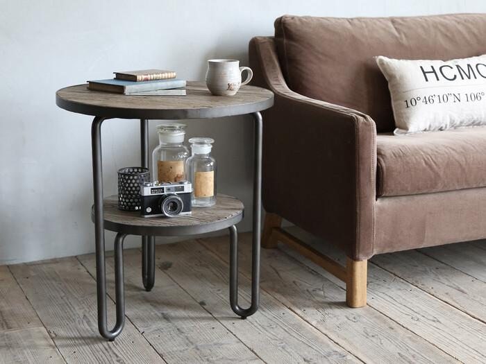 二段になっているサイドテーブルなら、インテリア性を持たせることもできます。下の段には実用性のあるインテリアアイテムを飾り、上の段は使いやすいよう、開けておくのもいいものです。