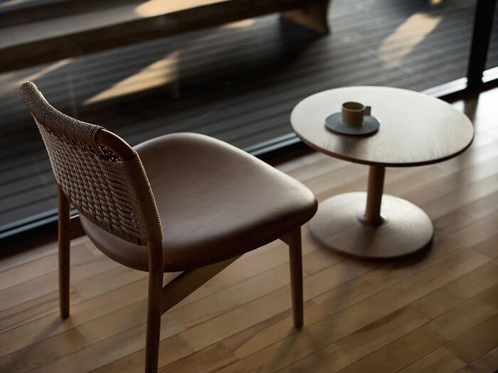 こちらは木のぬくもりがダイレクトに感じられる、やわらかなラインが素晴らしいカフェ用テーブルです。サンルームや窓辺において、のんびり日向ぼっこしたくなる雰囲気を持っています。