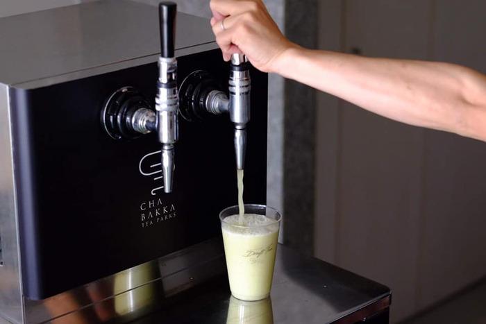 【CHABAKKA TEA PARKS】に来たならば、何と言っても日本初の【ドラフトティー】は外せません。ドラフトティーは窒素を含ませることで発砲させたお茶です。抽出するビアサーバーは独自に研究を重ね、改良して作りあげたものだそう。  ドラフトティーを注文すると特製サーバーから自分で注ぐ体験ができるのも、人気の一因とも言えるでしょう。動画撮影をするお客様も多いというのも頷けます。