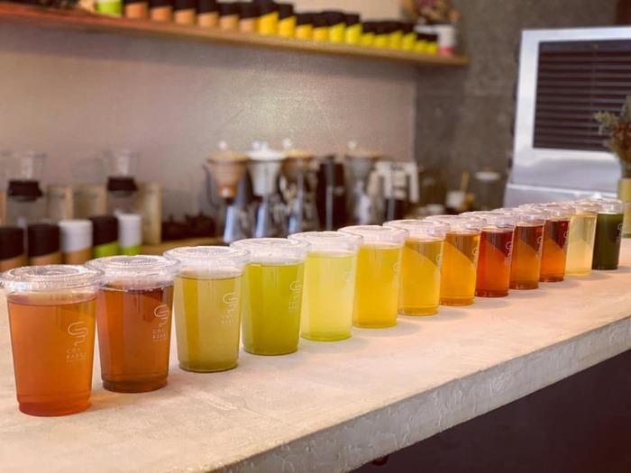 【碾茶】の他に【煎茶】【ほうじ茶】【抹茶】【和紅茶】など14品種のシングルオリジンティーと、ラテ、ソーダ、ハーブなどのブレンドティーが揃います。また、お茶にはカモミールやレモングラスなどハーブのトッピングも可能。産地も京都や静岡をはじめ、約12箇所と多彩です。  「品種や産地など、お茶を選ぶのにも色々な切り口があって楽しいかな、と。自分の故郷だから、名前が可愛いから、なんて選び方をするお客様もいますよ。」 とのこと。  メニューに載っている詳細を眺めながら、自分のお気に入りを見つけるのも楽しそうですね。