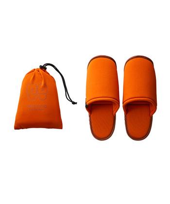 屋内で足元を守るスリッパ。落下物を踏んでケガをしないためや、衛生面が不安な場所など、避難生活の上ではあると便利です。畳んでもほぼ厚みが出ず、なるべく丈夫なものが良いでしょう。