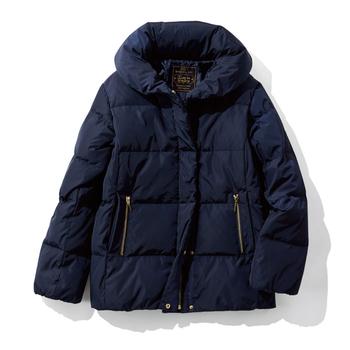 カラーはオンオフ問わず着やすいダークネイビー。ジップタイプとスラッシュタイプの2つずつあるポケットは、内側がフリース素材になっていて手をいれると暖かくて気持ちよい手触りです。