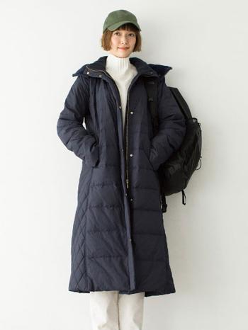 """""""まるで寝袋級の暖かさ""""という、ブランド史上最高に暖かい超ロングダウン。暖かいだけでなく、身頃と袖のサイドを切り替えることで細見えもします。真冬のレジャーもこれがあれば快適。スポーティーになり過ぎず、女性らしく着こなせるところが高ポイントです。"""