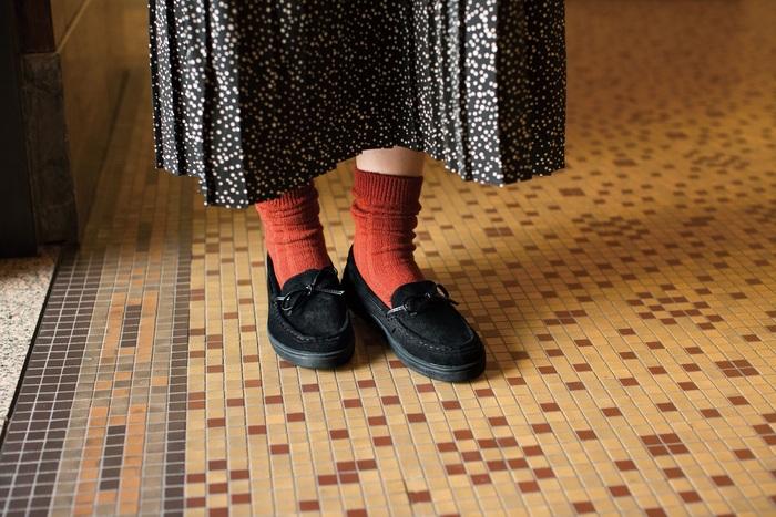いつもの装いに合わせるだけで少しマニッシュな雰囲気が楽しめるモカシンは、一足あるとコーデの幅が広がるアイテム。今年っぽい着こなしにも活躍します。