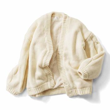 ゆるっと肩が落ちる今っぽいシルエットと、冬に映えるアイボリーとグレージュのカラー展開がこなれたおしゃれ感。袖裏まで全面ボア仕様なので、ちょっとしたアウター代わりにも着回せそう。