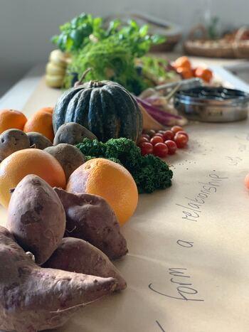食欲の秋。美味しい食材は多々ありますが、中でもさつまいもは、いろんな役回りができるという点で別格。シンプルに蒸す、焼くという調理法でもいいし、お肉と合わせてメインのおかずにも。スイーツにも仕立てられる上、栄養も豊富な優秀食材。今回はそんな多彩なさつまいもに注目してみましょう。