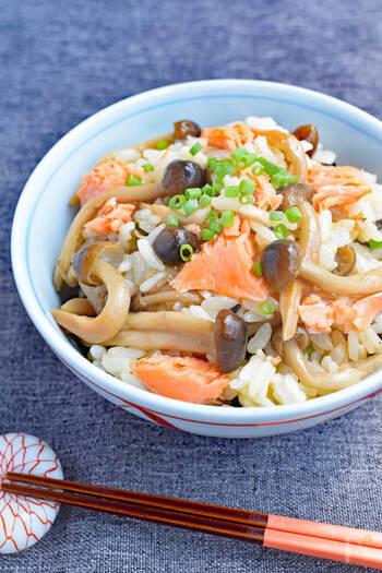 豪華な炊き込みごはんと見せかけて、実は材料を混ぜるだけだから、調理時間はたったの5分。鮭にはトリプトファンが含まれ、ごはんはその吸収を手助けする働きがあるので、効率的に栄養素が摂れるメニューです。