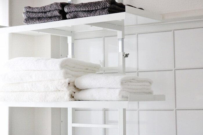 洗濯物を「干す場所をとらず、乾きやすいもの」にするのもポイント。たとえばバスタオルをやめて、お風呂あがりはフェイスタオルで体を拭くやりかたに。収納場所を抑えることもできて一石二鳥です。