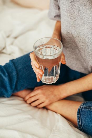 朝起きたらまずコップ一杯の常温の水を飲む習慣をつけておくと、腸の動きが良くなり、自律神経も整うと言われています。特に肌寒い時期には白湯にして、10~20分ほどかけてゆっくり飲み、身体の中からあたためましょう。血行促進によるデトックス効果や、基礎代謝の向上、便秘の解消や冷え性の改善などの効能が期待できます。