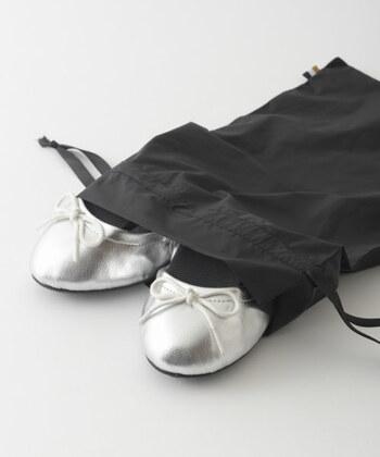 持ち運びに便利な折りたたみシューズ。一足持っておくと会社や機内などでササっと履き替えることができ、万が一避難する際にも便利です。