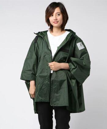 急な雨に降られることを想定して持っておきたいレインウェア。寒い時には防寒着として使用することもできるため、パッカブル仕様のものを携帯しておくと便利です。反射効果のあるプリントが付いたものを選べば、暗闇での着用も安心ですね。
