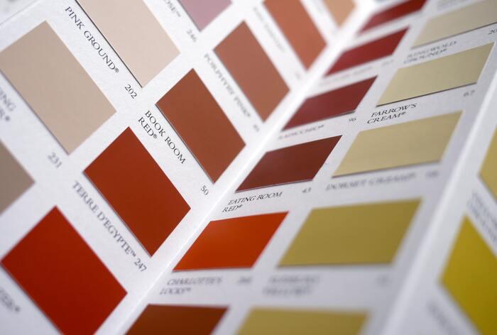 パーソナルカラーは、その人の肌の色や瞳の色と調和がとれるカラーグループのこと。大きくブルーベースとイエローベースに分かれ、さらにサマー・ウィンター・スプリング・オータムに分かれています。