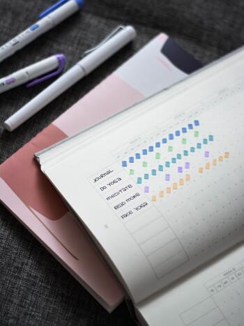 実践している習慣を予定通り終わらせた日には、カレンダーやスケジュール帳に印を付けていきます。単純な方法ですが、次第にマスが埋まることでこれまでの頑張りがひと目でわかるのは、やっぱり励みになるもの。可愛いシールやスタンプを使って、モチベーションを上げるのもおすすめです。