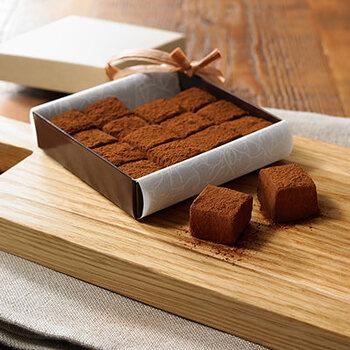 無印良品からバレンタインシーズンに発売される「自分でつくる生チョコ」も人気です。ほぼ材料が揃っているので、あとは生クリームと洋酒を用意するだけ!箱とリボンがセットなので、ラッピングまでできちゃいます。