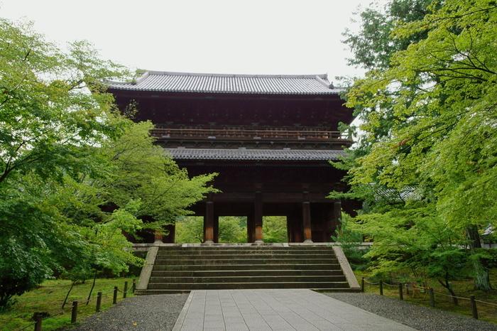 南禅寺の三門といえば、「絶景かな、絶景かな」という台詞を思い浮かべる方も多いのではないでしょうか。この台詞は、歌舞伎『楼門五三桐』で天下の大泥棒、石川五右衛門が三門の上から京都の景色を眺めながら「絶景かな、絶景かな、春の眺めは値千金とは小せえ、ちいせえ・・・」と言う名台詞の一部です。南禅寺の三門は高さ22メートルもある巨大な門で、天下竜門とも呼ばれており、日本三大門(南禅寺・知恩院・久遠寺)の一つでもあります。