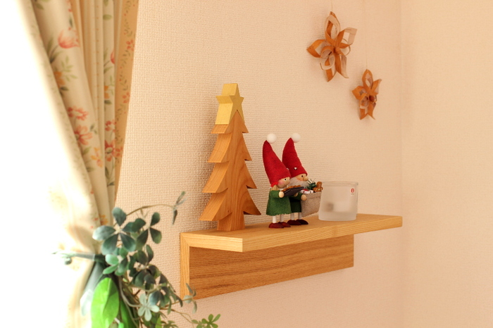 木製ツリーと一緒に飾って♪飾り棚のうえは厳選したアイテムを飾るのが◎ 高さの違うアイテムでも、三角形になるように配置すると美しくまとまります。